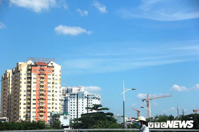 Bầu trời TP.HCM xanh ngắt bất ngờ sau nhiều ngày mù mịt - Ảnh 6.