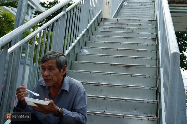 Phía sau cảnh xếp dép giữ chỗ trước BV Ung Bướu Sài Gòn: Gã giang hồ hoàn lương, 6 năm phát cơm miễn phí cho người nghèo - Ảnh 11.