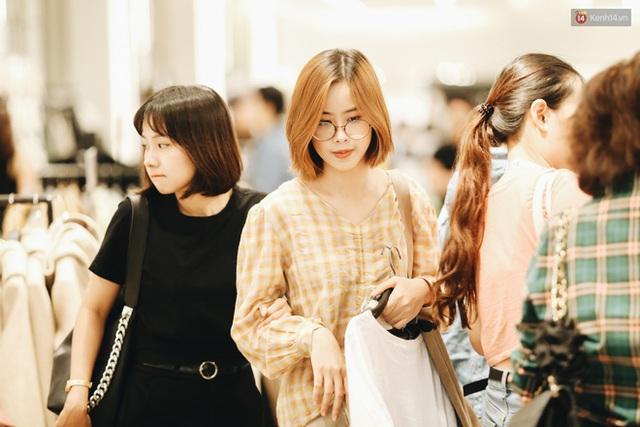 Ảnh: Tranh thủ giờ nghỉ trưa, người dân Hà Nội và Sài Gòn đổ xô tới các TTTM để săn hàng hiệu giảm giá dịp Black Friday - Ảnh 26.