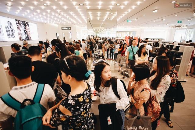 Ảnh: Tranh thủ giờ nghỉ trưa, người dân Hà Nội và Sài Gòn đổ xô tới các TTTM để săn hàng hiệu giảm giá dịp Black Friday - Ảnh 28.