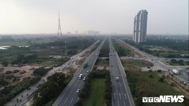 Ảnh: Công nhân xén dải phân cách, mở rộng đường gom Đại lộ Thăng Long - Ảnh 4.