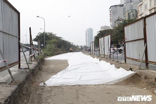 Ảnh: Công nhân xén dải phân cách, mở rộng đường gom Đại lộ Thăng Long - Ảnh 8.