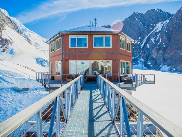 25.000 USD/đêm nghỉ trong nhà gỗ xa xỉ bên vách núi tuyết - Ảnh 8.