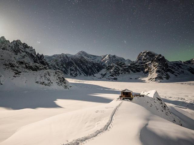 25.000 USD/đêm nghỉ trong nhà gỗ xa xỉ bên vách núi tuyết - Ảnh 9.