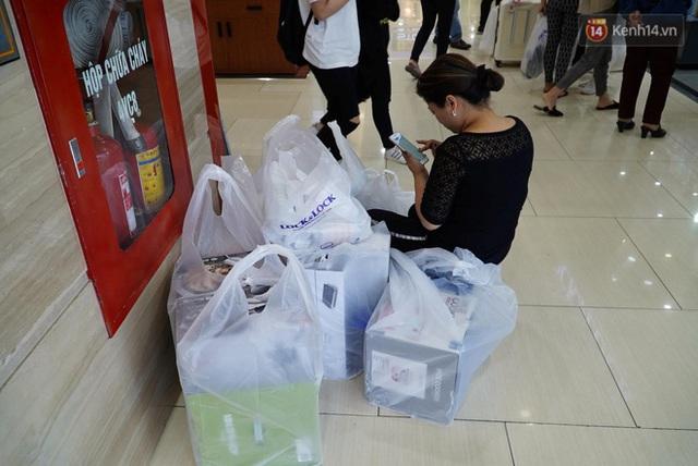 Ảnh: Tranh thủ giờ nghỉ trưa, người dân Hà Nội và Sài Gòn đổ xô tới các TTTM để săn hàng hiệu giảm giá dịp Black Friday - Ảnh 9.