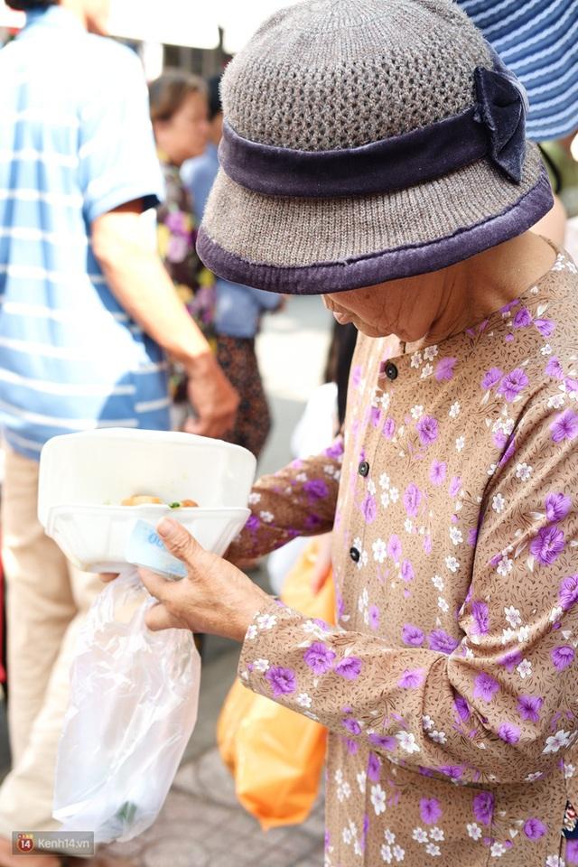 Phía sau cảnh xếp dép giữ chỗ trước BV Ung Bướu Sài Gòn: Gã giang hồ hoàn lương, 6 năm phát cơm miễn phí cho người nghèo - Ảnh 10.