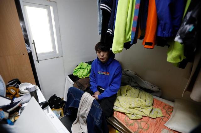 Chùm ảnh: Thảm cảnh của những thanh niên mang kiếp thìa bẩn ở Hàn Quốc - Ảnh 2.