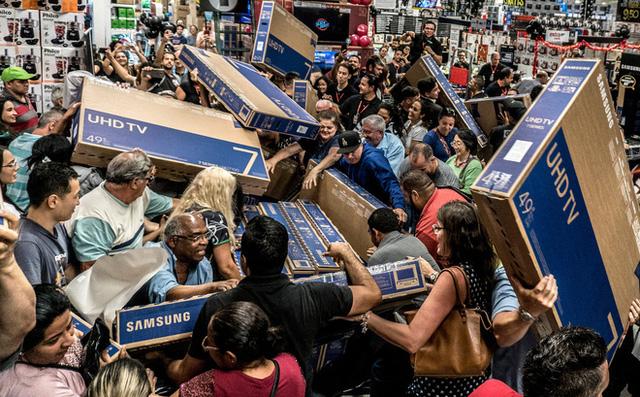 Cuồng như dân Mỹ săn hàng giảm giá ngày Black Friday: Vừa đi hóa trị ung thư vẫn quyết xếp hàng chờ mua TV giảm giá  - Ảnh 2.