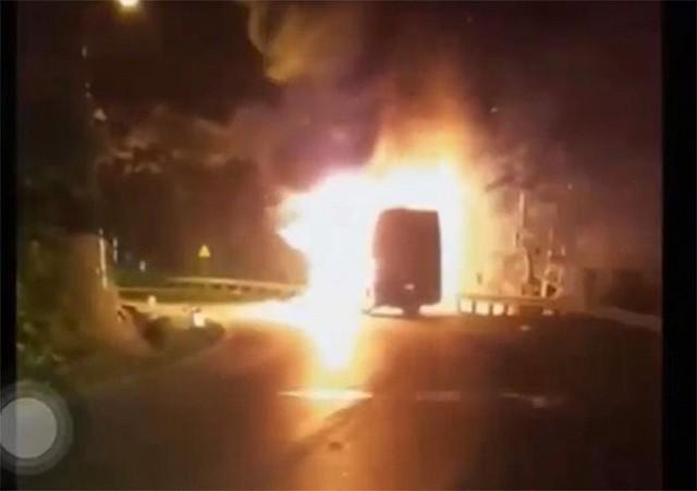 Clip: Xe khách chở 20 người bốc cháy dữ dội khi đang chạy trên quốc lộ Quảng Ninh - Ảnh 1.