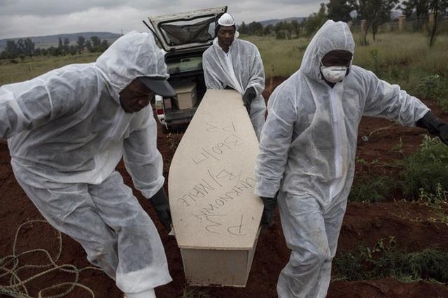 Bi kịch của khủng hoảng di cư toàn cầu: Hàng nghìn ngôi mộ vô danh, thi thể chất chồng nơi biên giới và người thân đợi chờ đến tuyệt vọng - Ảnh 3.