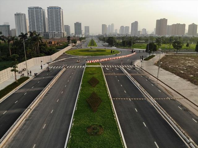 Cận cảnh hàng cây hoa sữa đang độ nở trên con đường mới mở của Thủ đô - Ảnh 1.