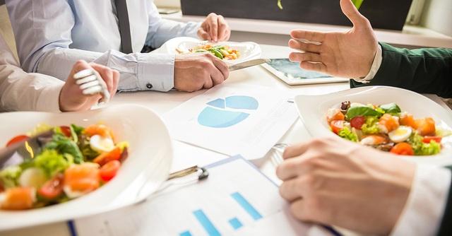 Dùng bữa trưa với đối tác sao cho đúng? Câu trả lời của chuyên gia sẽ giúp các doanh nhân giành chiến thắng ngay từ trên bàn ăn! - Ảnh 3.