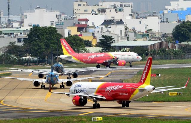 Đường băng nứt vỡ, sân bay hết chỗ... tranh nhau để được bay - Ảnh 2.