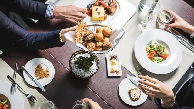 Dùng bữa trưa với đối tác sao cho đúng? Câu trả lời của chuyên gia sẽ giúp các doanh nhân giành chiến thắng ngay từ trên bàn ăn! - Ảnh 1.