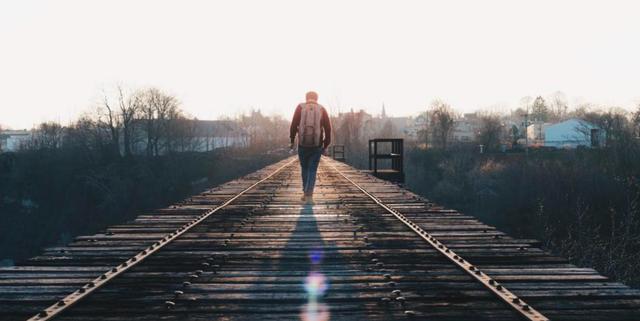 Đời người là những ngã rẽ, khi đến chấp nhận thì khi đi có thể tự tại: Ai cũng chỉ sống một lần duy nhất, bước qua được 3 cánh cửa này ắt sẽ có cuộc sống tốt đẹp hơn - Ảnh 1.