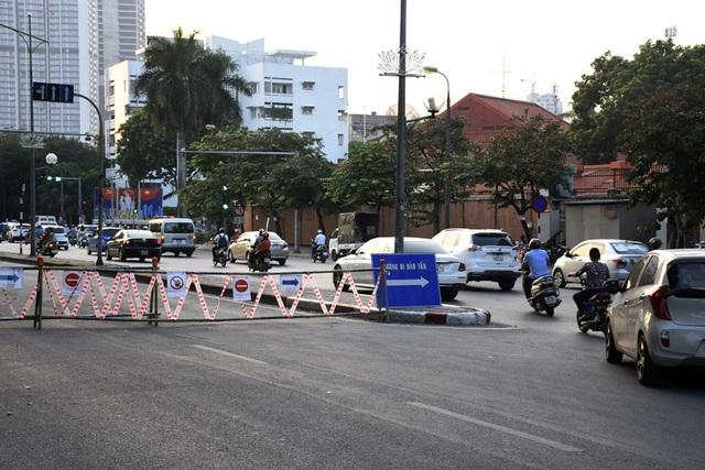 Rào chắn nửa đường, người dân căng mình di chuyển qua Kim Mã giờ tan tầm - Ảnh 2.