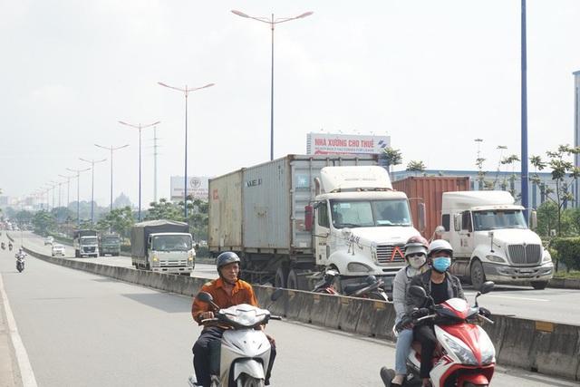 Xe container đậu hàng dài, bịt kín cửa ngõ phía Đông - Ảnh 1.