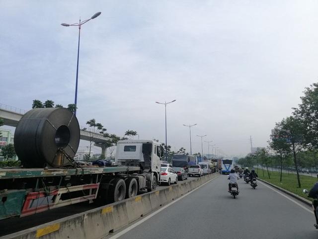 Xe container đậu hàng dài, bịt kín cửa ngõ phía Đông - Ảnh 2.