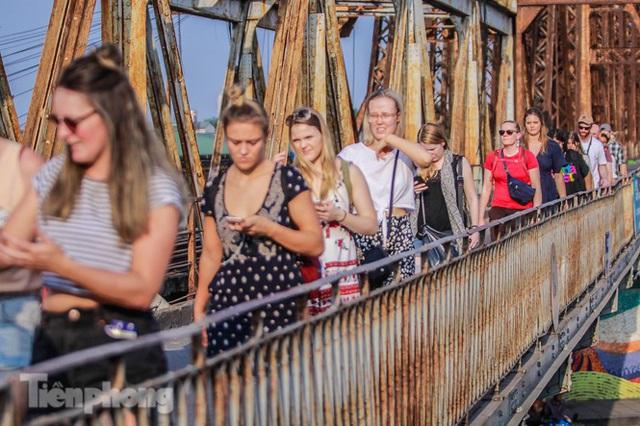 Đóng cửa phố đường tàu, khách Tây dạt ra cầu Long Biên - Ảnh 11.