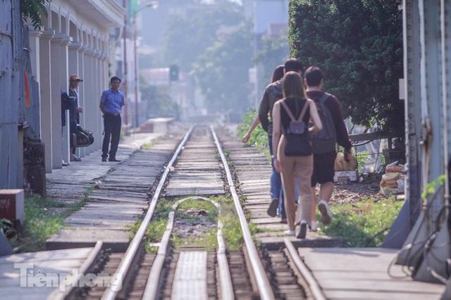 Đóng cửa phố đường tàu, khách Tây dạt ra cầu Long Biên - Ảnh 12.
