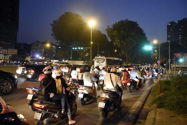 Rào chắn nửa đường, người dân căng mình di chuyển qua Kim Mã giờ tan tầm - Ảnh 13.