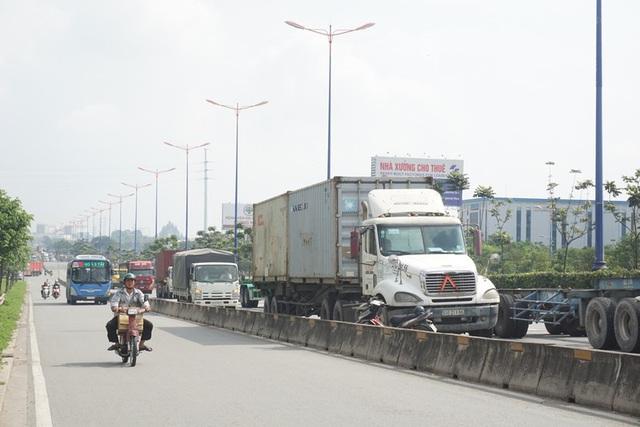 Xe container đậu hàng dài, bịt kín cửa ngõ phía Đông - Ảnh 4.