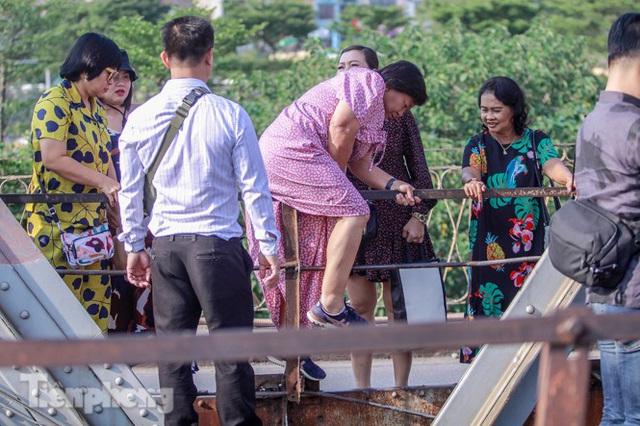 Đóng cửa phố đường tàu, khách Tây dạt ra cầu Long Biên - Ảnh 5.