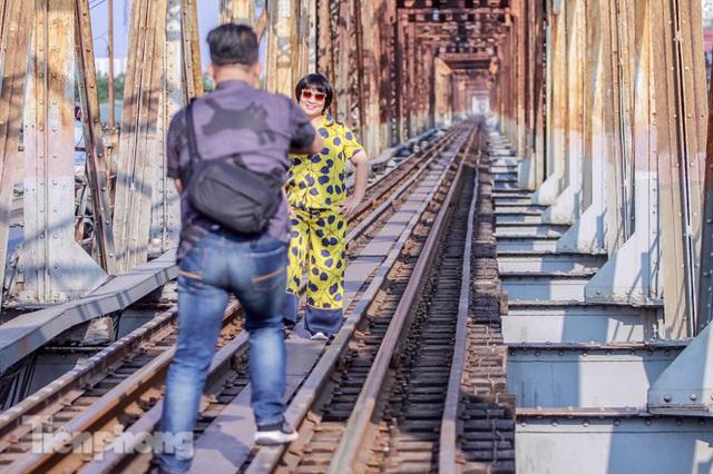 Đóng cửa phố đường tàu, khách Tây dạt ra cầu Long Biên - Ảnh 6.