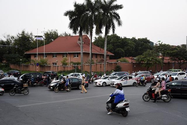 Rào chắn nửa đường, người dân căng mình di chuyển qua Kim Mã giờ tan tầm - Ảnh 6.
