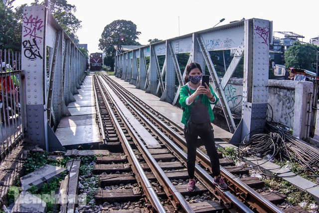 Đóng cửa phố đường tàu, khách Tây dạt ra cầu Long Biên - Ảnh 7.