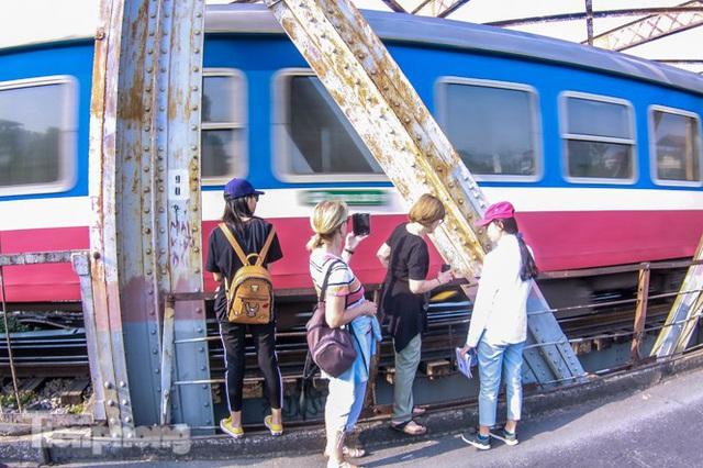Đóng cửa phố đường tàu, khách Tây dạt ra cầu Long Biên - Ảnh 8.