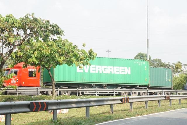 Xe container đậu hàng dài, bịt kín cửa ngõ phía Đông - Ảnh 8.