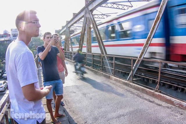 Đóng cửa phố đường tàu, khách Tây dạt ra cầu Long Biên - Ảnh 9.