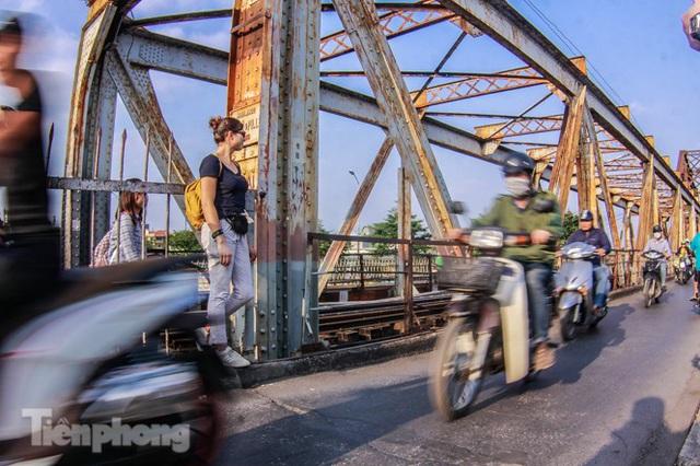 Đóng cửa phố đường tàu, khách Tây dạt ra cầu Long Biên - Ảnh 10.