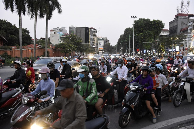 Rào chắn nửa đường, người dân căng mình di chuyển qua Kim Mã giờ tan tầm - Ảnh 10.