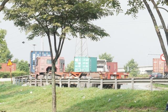 Xe container đậu hàng dài, bịt kín cửa ngõ phía Đông - Ảnh 10.