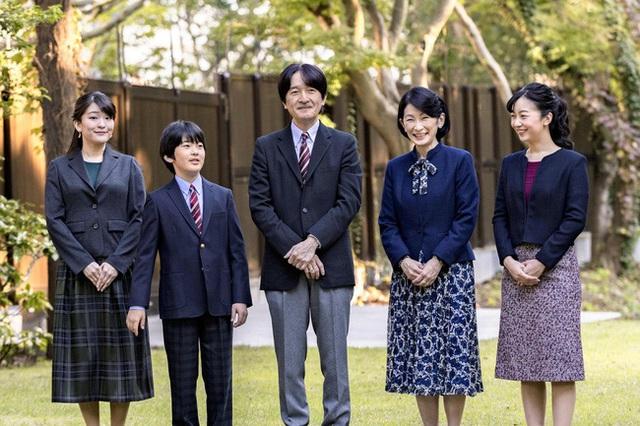 Thái tử Nhật Bản chia sẻ bức hình gia đình mới nhất nhân dịp sinh nhật và thẳng thắn nói về chuyện con gái lớn hoãn đám cưới suốt 2 năm - Ảnh 1.