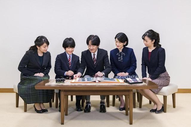 Thái tử Nhật Bản chia sẻ bức hình gia đình mới nhất nhân dịp sinh nhật và thẳng thắn nói về chuyện con gái lớn hoãn đám cưới suốt 2 năm - Ảnh 2.