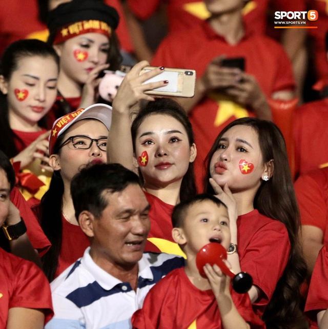Nữ CĐV Việt Nam xinh đẹp, gương mặt giống người yêu Đoàn Văn Hậu đến sân cổ vũ U22 Việt Nam đấu U22 Indonesia  - Ảnh 1.