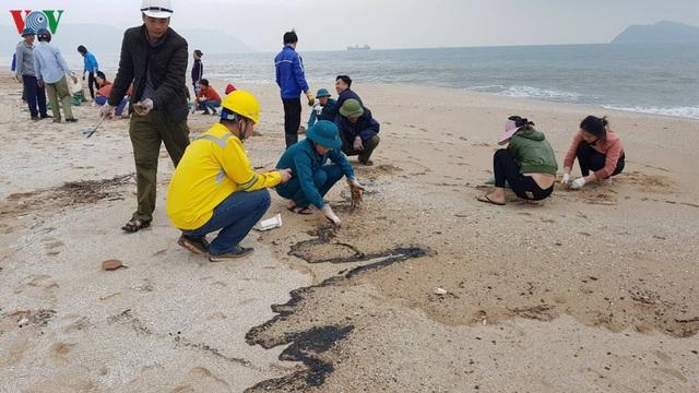 Khắc phục môi trường vì dầu tràn sau sự chìm tàu hàng 9.000 tấn - Ảnh 1.