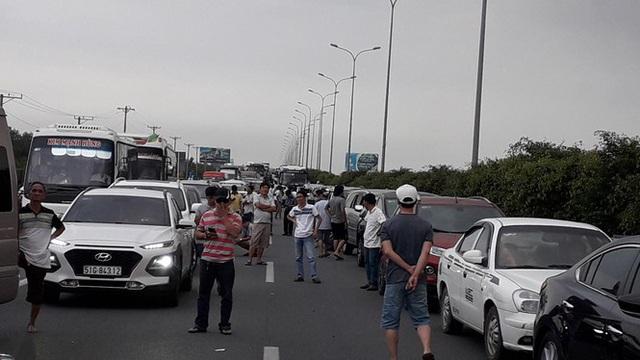 Cao tốc Long Thành kẹt nhiều giờ, dân phá dải phân cách đi bộ về TPHCM - Ảnh 2.