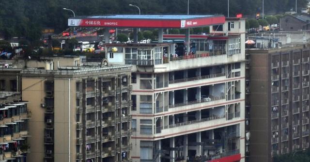 Tòa nhà kỳ lạ ở Trung Quốc bỗng nhiên có cả cây xăng trên tầng thượng và trệt  - Ảnh 1.