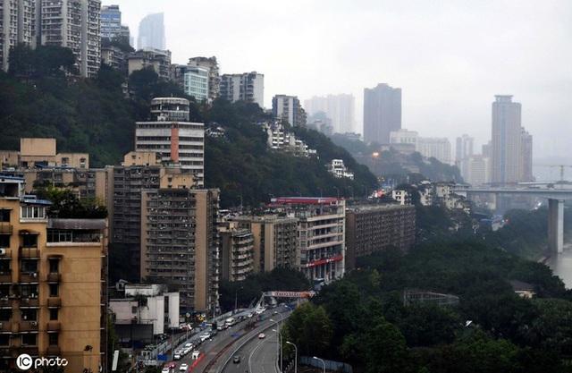 Tòa nhà kỳ lạ ở Trung Quốc bỗng nhiên có cả cây xăng trên tầng thượng và trệt  - Ảnh 2.