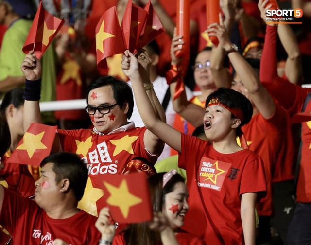 Nữ CĐV Việt Nam xinh đẹp, gương mặt giống người yêu Đoàn Văn Hậu đến sân cổ vũ U22 Việt Nam đấu U22 Indonesia  - Ảnh 11.