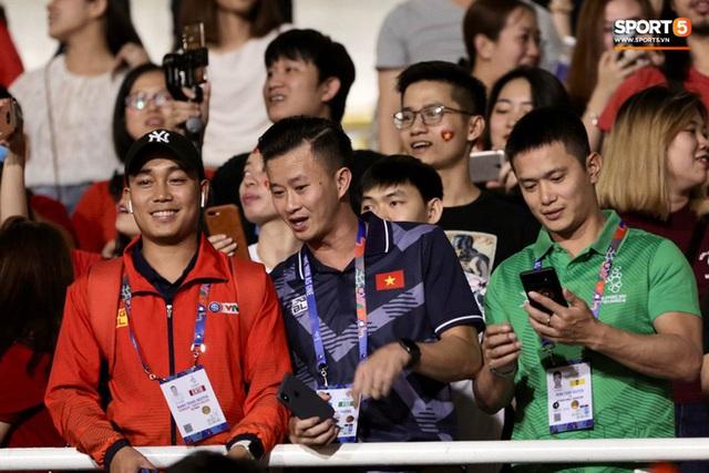 Nữ CĐV Việt Nam xinh đẹp, gương mặt giống người yêu Đoàn Văn Hậu đến sân cổ vũ U22 Việt Nam đấu U22 Indonesia  - Ảnh 13.