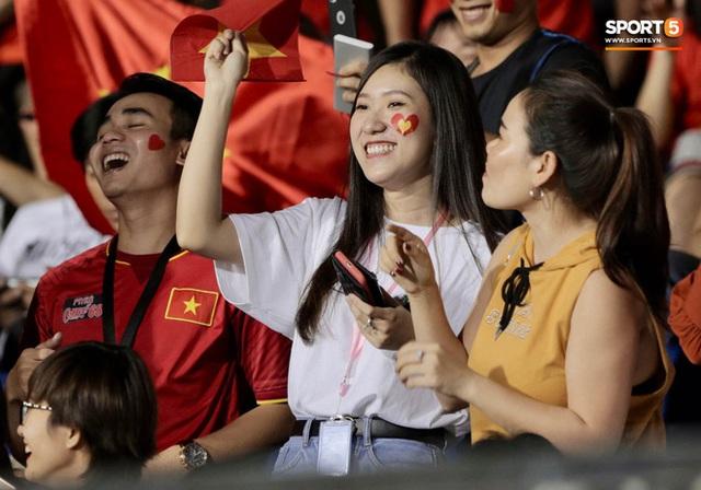 Nữ CĐV Việt Nam xinh đẹp, gương mặt giống người yêu Đoàn Văn Hậu đến sân cổ vũ U22 Việt Nam đấu U22 Indonesia  - Ảnh 4.