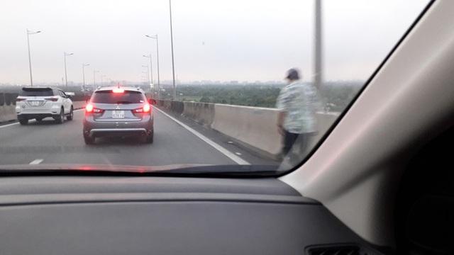 Cao tốc Long Thành kẹt nhiều giờ, dân phá dải phân cách đi bộ về TPHCM - Ảnh 4.