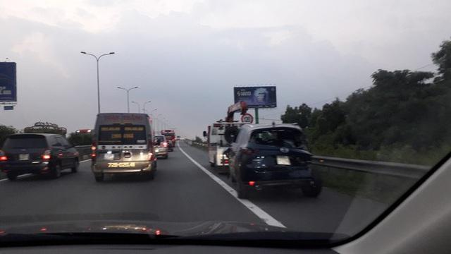 Cao tốc Long Thành kẹt nhiều giờ, dân phá dải phân cách đi bộ về TPHCM - Ảnh 5.