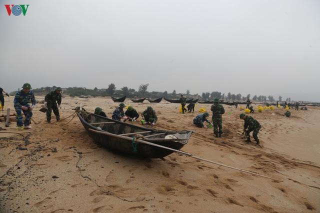 Khắc phục môi trường vì dầu tràn sau sự chìm tàu hàng 9.000 tấn - Ảnh 8.