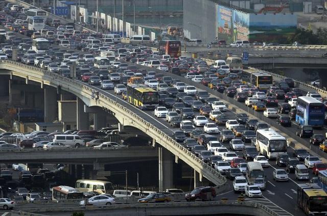 Nặng thuế phí ôtô tăng giá gấp đôi, giấc mơ xế hộp xa tầm với - Ảnh 1.